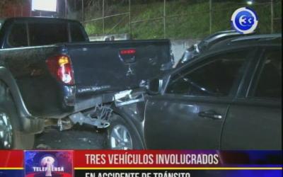 Tres vehículos involucrados en accidente de tránsito